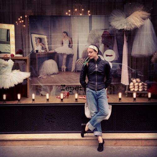 Dorothee Gilbert devant la vitrine Repetto